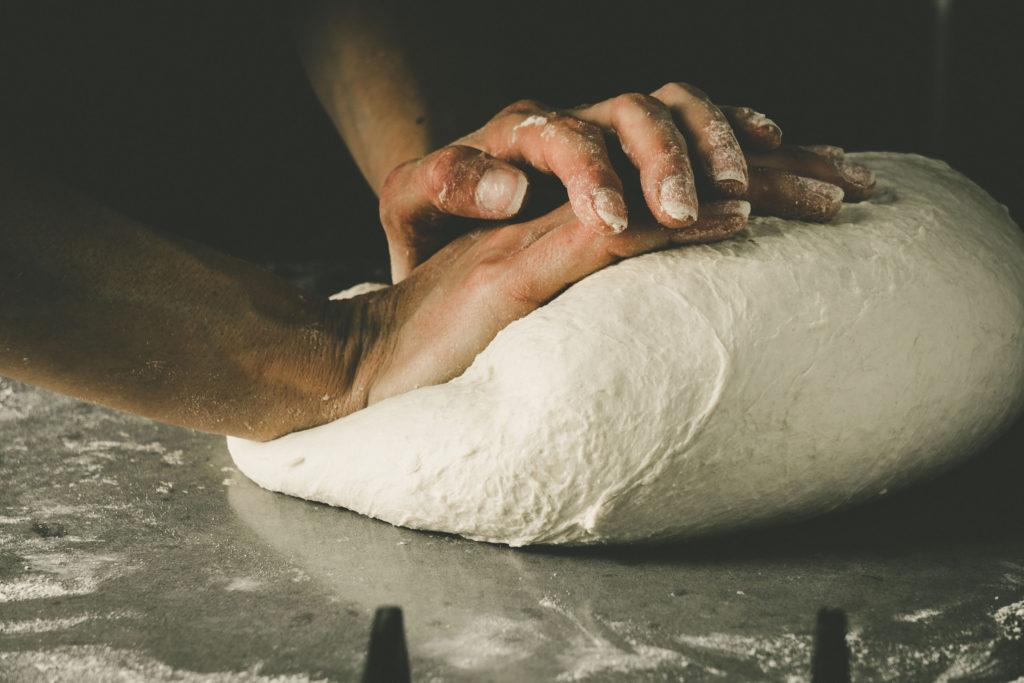 Amasando pan artesano